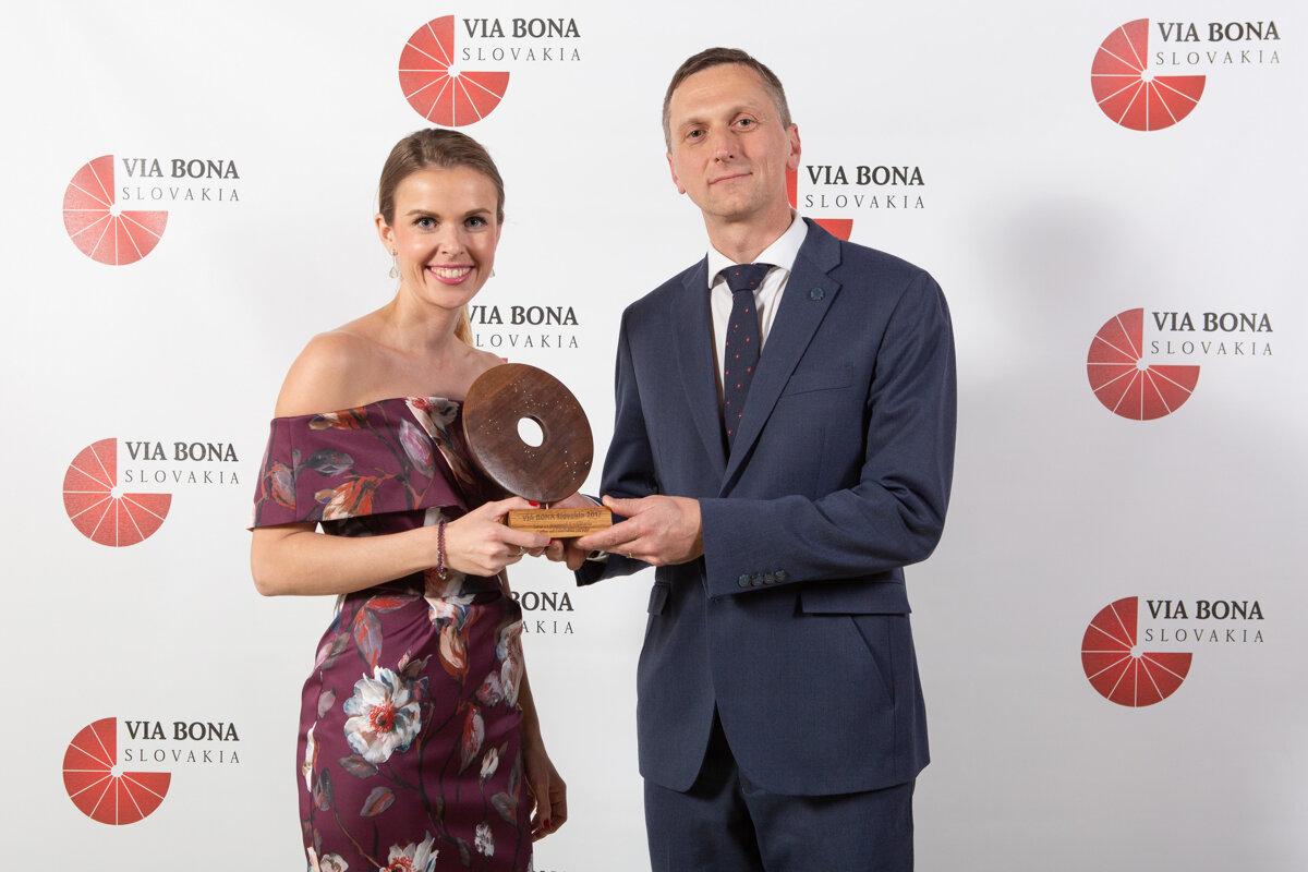 87fa39b2a70cc Veronika Bush s Martinom Kurucom, výkonným riaditeľom pre Tesco na Slovensku  pri prevzatí ceny VIA