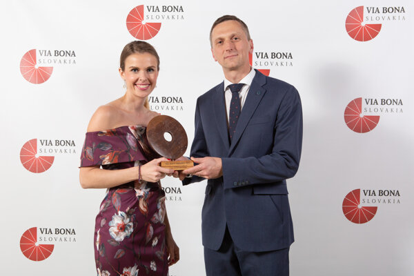 Veronika Bush s Martinom Kurucom, výkonným riaditeľom pre Tesco na Slovensku pri prevzatí ceny VIA BONA 2018 za príspevok k napĺňaniu Cieľov udržateľného rozvoja.