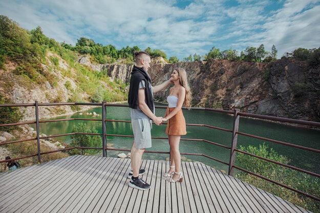 Tyrkysové jazierko v Beňatinskom lome láka z roka na rok viac návštevníkov. Aj vďaka podpore KSK tu len nedávno pribudli spevnené chodníky, bezpečnostné zábradlia a foto-pointy.