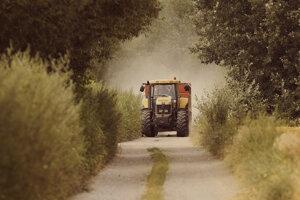 Poľnohospodári na družstvách po zime vyrážajú na polia.