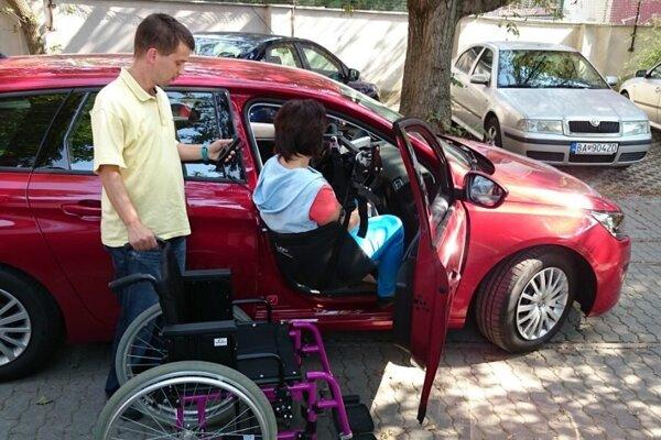 Presadacie zariadenie pre vozičkára do automobilu