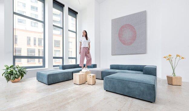 Sedačka Stone s hlbším sedením je šitá na mieru vyznávačom ležérnosti a pohody. Obrátené prešívanie zvýrazňuje moderný dizajn tohto obľúbeného modelu