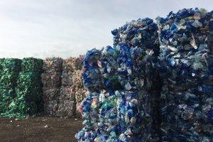 Plastový odpad po spracovaní na dotrieďovacej linke.