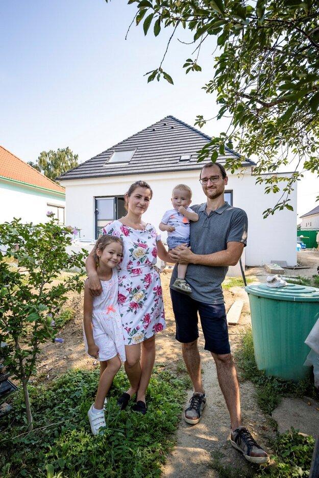 Hučkovci zo Šale vždy snívali, že budú bývať v dome s nízkou spotrebou energie a s veľkou záhradou. Majú radi prírodu, prácu v záhrade a neustále sa snažia hľadať spôsoby, ako znižovať vlastnú uhlíkovú stopu. Štvorčlenná rodina prirodzene uvažuje o budúcnosti našej planéty. Pestuje permakultúru, triedi odpad, sadí stromy a kvety, zakladá komposty.