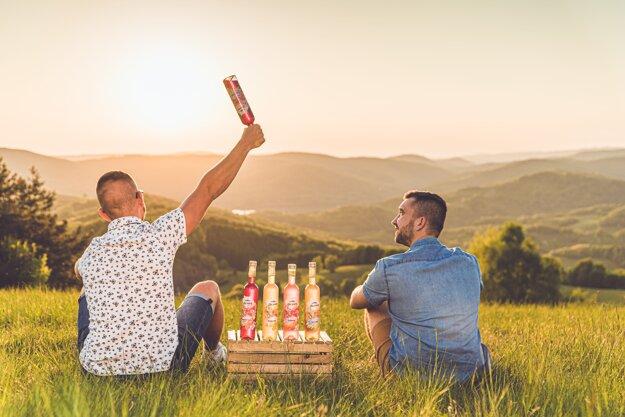 Výrobcovia Vlčích sirupov Juraj Kovaľ a Miroslav Telehanič sa rozhodli výrobou domácich sirupov podporiť región, z ktorého pochádzajú. Foto:GlobusFoto/Video
