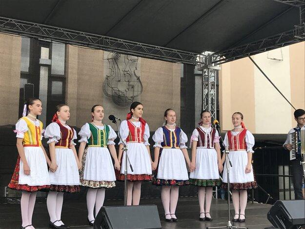 školská folklórna skupina Kacarka.