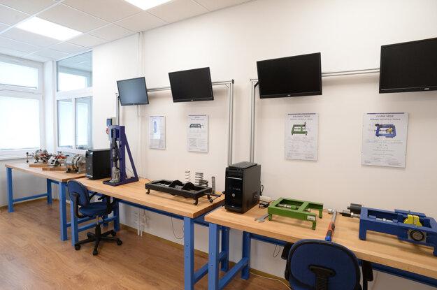 Výučba prebieha v moderných laboratóriách orientovaných na prax
