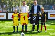 Prezident Únie ligových klubov Ivan Kozák (vľavo) a predseda predstavenstva o. z. BILLA ľuďom a finančný riaditeľ BILLA Slovensko Tomáš Staňo.
