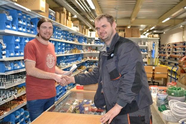zľava Ján Rada (vedúci servisu), Pavol Jenčko (servisný technik).