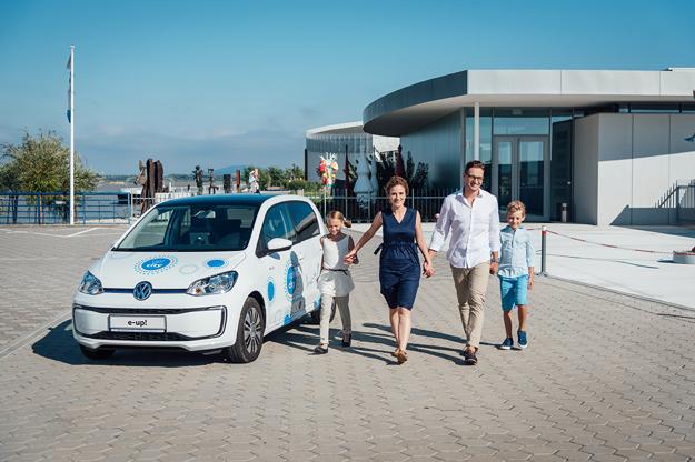Nechajte sa inšpirovať - elektromobil je navyše vybavený špeciálnou navigačnou aplikáciou, ktorá vás prevedie šiestimi vybranými trasami po Bratislave a okolí.