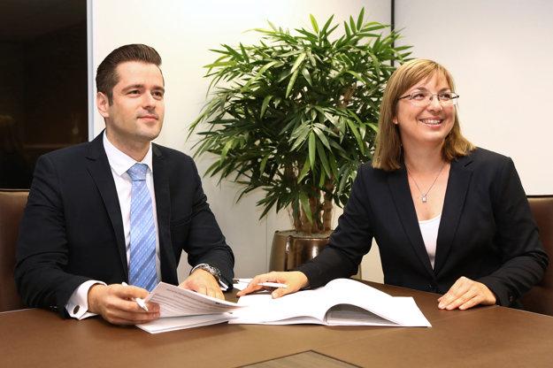 Členovia predstavenstva Arca Brokerage House Michal Šimo a Alexandra Olasová