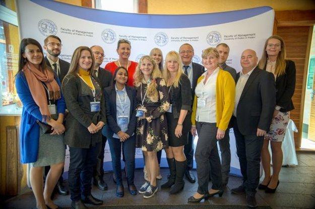 Spolu s vedecko-pedagogickými pracovníkmi z Fakulty manažmentu z Prešovskej univerzity sa medzi kultúrnymi porovnaniami prezentovali aj prof. Natanya Meyer (Juhoafrická republika), Dr. Sayanti Shaw (India), či Dr. Robert Magda (Maďarsko) a ďalší zahraniční kolegovia.