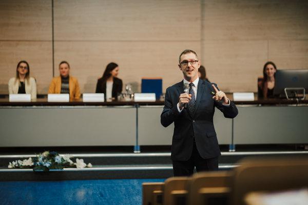 Študentov privítal Boris Mattoš, prorektor pre medzinárodné vzťahy EU v Bratislave