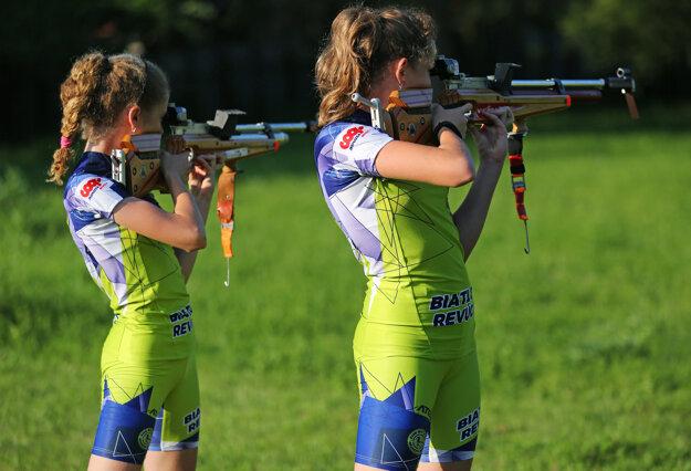 Talentované biatlonistky z Revúcej sa tešia z nových dresov.