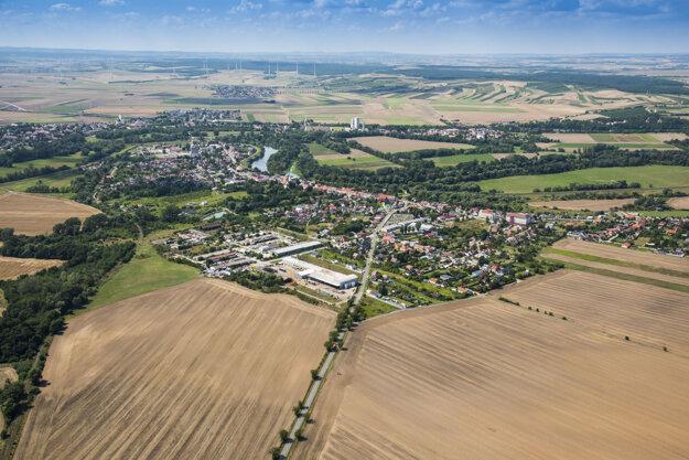 Záhorská Ves je najzápadnejšia obec na Slovensku. V pozadí za riekou Morava je už Rakúsko. My však stáčame riadidlá motorky opäť na východ a pokračujeme v objavovaní kútov Slovenska.