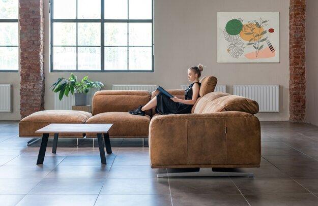 Štýlová sedačka Leon v nubuckovej koži spája eleganciu a pohodlie. Vďaka modulárnym komponentom a možnosti výberu z viac ako 3000 poťahov sa vám dokonale prispôsobí na mieru.