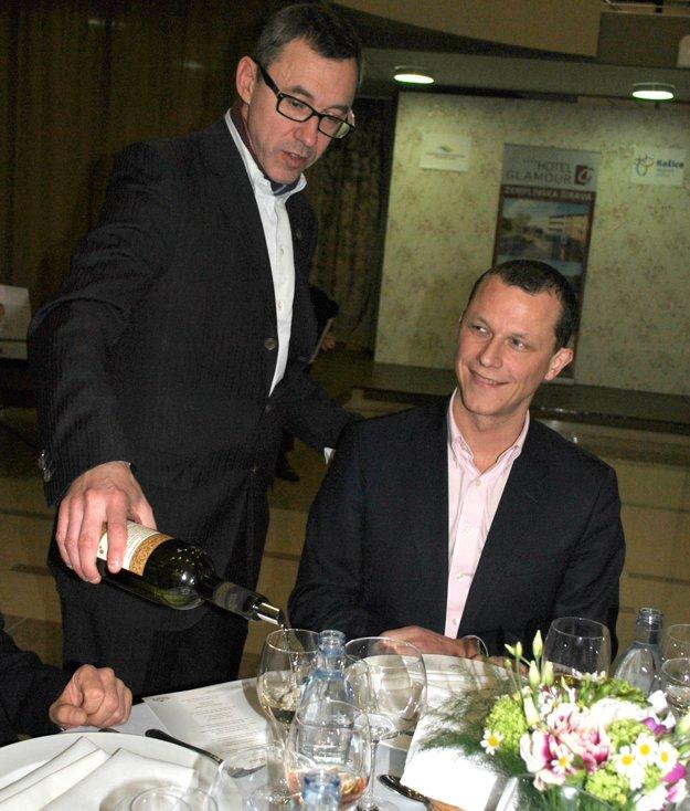 Predseda degustačnej komisie Angibaud nalieval hosťom osobne, aj francúzskemu konzulovi.