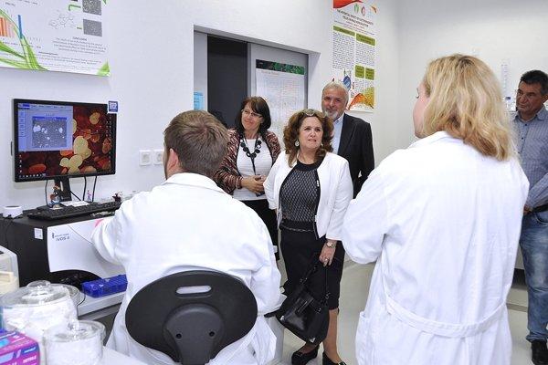 Počas návštevy Výskumného centra AgroBiotech sa kubánska veľvyslankyňa  živo zaujímala o projekty, ktoré riešia výskumní pracovníci Slovenskej poľnohospodárskej univerzity v Nitre