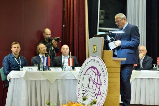 Otvárací prejav prof. Róberta Štefka na konferencii. Zľava sediaci: Dr. Askar N. Mustafin (Rusko), Dr. Martin Steiner (Rakúsko), Dr. Robert Magda (Maďarsko), prof. Tonino Pencarelli (Taliansko).