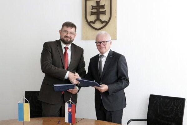 EU v Bratislave podpísala novú zmluvu o dvojitom diplome