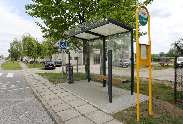 Mesto Šaštín-Stráže má vďaka grantu novú autobusovú zastávku.