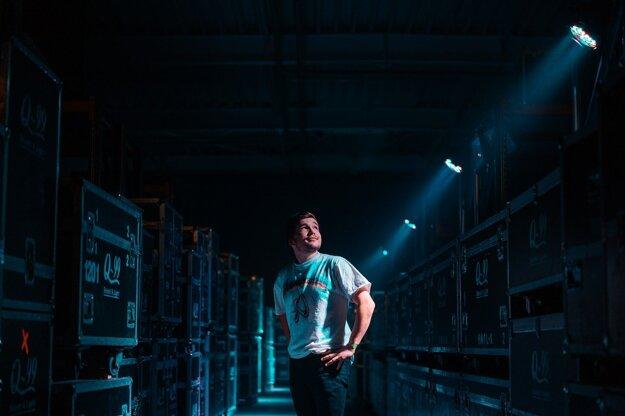 Martin Harich si nové industriálne pôsobiace priestory koncertu užíval.