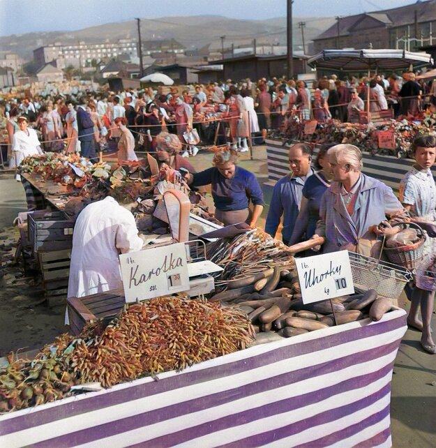 Na Centrálne trhovisko prichádzali pravidelne farmári, ponúkajúci potraviny zo svojich záhrad v okolí Bratislavy. Rok 1963.