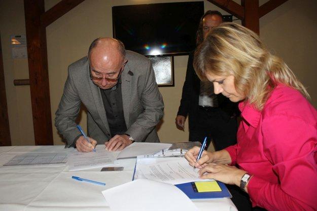 Podpis zmluvy o pridelení grantu z programu Šariš ľuďom.