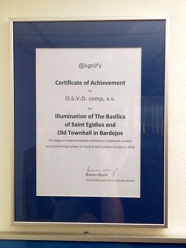 Ocenenie od spoločnosti SIGNIFY - PHILIPS, ktoré si v poľskej Varšave prevzali riaditelia spoločnosti O.S.V.O. comp a.s. z rúk generálneho riaditeľa pre východnú Európu za SIGNIFY - PHILIPS Bogdana Rogalu. Ocenenie sa týkalo unikátnej iluminácie pamiatok zaradených do svetového dedičstva UNESCO.