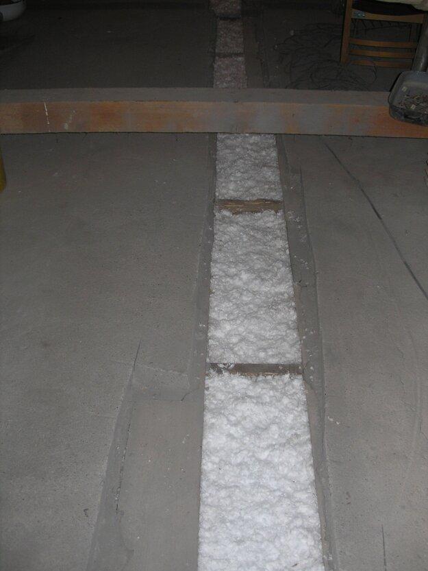 Pri zatepľovaní trámového (štukátorového stropu) stropu fúkanou minerálnou izoláciou je zásah do konštrukcie minimálny. Nie je potrebné žiadne veľké sťahovanie alebo stavebné úpravy. Stačí stredom povaly kolmo na stropné trámy otvoriť záklop na šírku cca 25 – 30 cm. Do otvoru sa zasunie hadica a dutý priestor medzi trámami sa vyplní fúkanou izoláciou. Zdroj foto Fúkané izolácie Martin