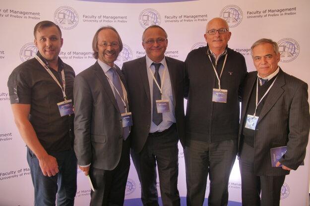 Dekan Fakulty manažmentu prof. Ing. Dr. Róbert Štefko, Ph.D. (v strede) súčastníkmi 7. medzinárodnej konferencie Management 2018, na ktorej sa zúčastnili zástupcovia z 22 krajín a 4 kontinentov