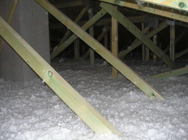 Fúkaná izolácia aplikovaná na sadrokartónový strop. Zdroj: Fúkané izolácie Martin