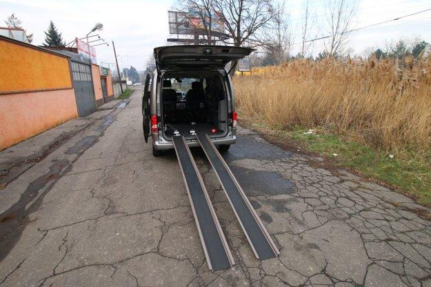 Prenosné nájazdové ližiny pre imobilných