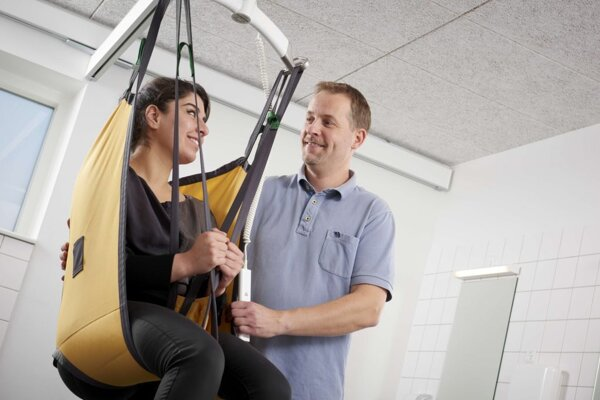 Presun človeka z vozíka na posteľ pomocou Stropného zdviháka | ARES