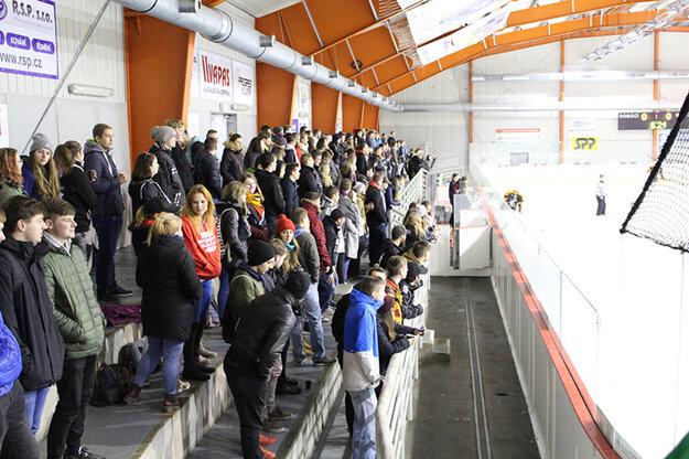 Atmosféru na štadióne vytváralo takmer dvestopäťdesiat študentov z VUT, ktorým konkurovali naši štyria študenti z Bratislavy.
