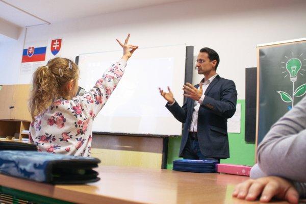 Marek Sihelský z Henkel Slovensko počas vyučovacej hodiny na ZŠ Nobelovo nám. v Bratislave