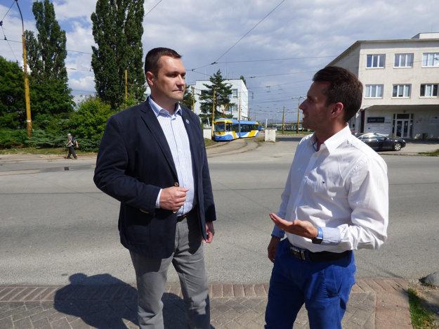 Kanidát na primátora Viliam Novotný diskutuje s Júliusom Drozdom, odborníkom na dopravu, ktorý kandiduje na poslanca v mestskej časti Furča.