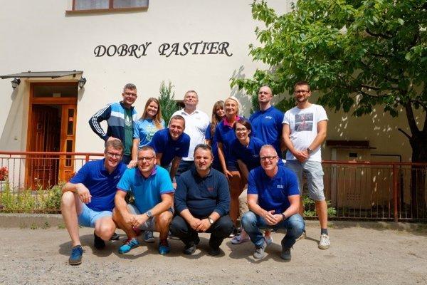 Do dobrovoľníckeho programu sa zapojil aj výkonný riaditeľ Tesca pre Slovensko Martin Kuruc (tretí zľava hore).