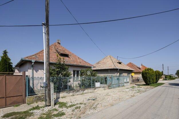Dom, v akom bývajú Hučkovci, nájdete v každej slovenskej obci, zväčša v pôvodnom stave.