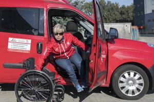 Paralympionička Veronika Vadovičová tiež využíva automobil s úpraveným ovládaním