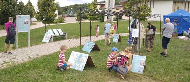 Interaktívna výstava Keď putovali Slováci, ktorou staršia generácia priblížila mladým dôvody migrácie Slovákov a ich život za hranicami krajiny