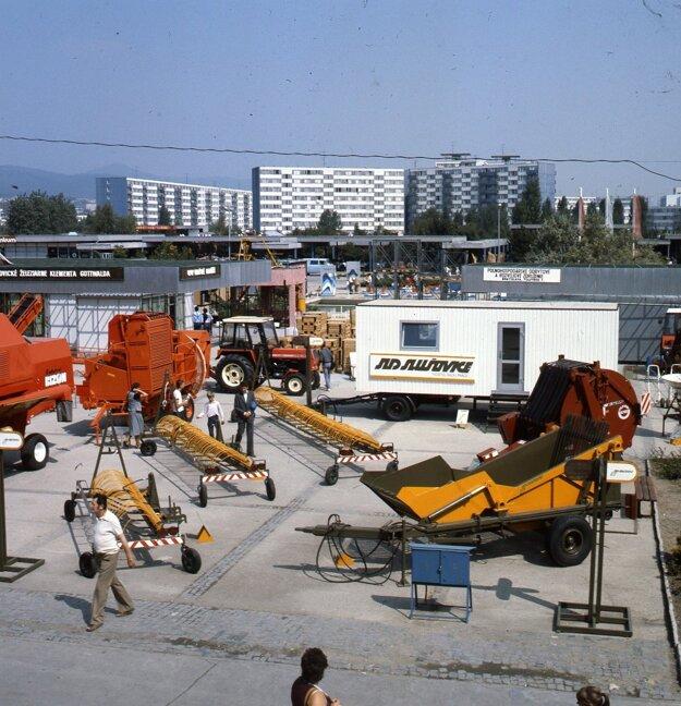 Expozícia JRD Slušovice na Agrokomplexe vNitre (1985).