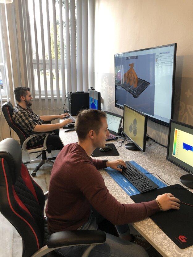 Doktorandi v laboratóriu numerických simulácií metalurgických procesov SiMet.