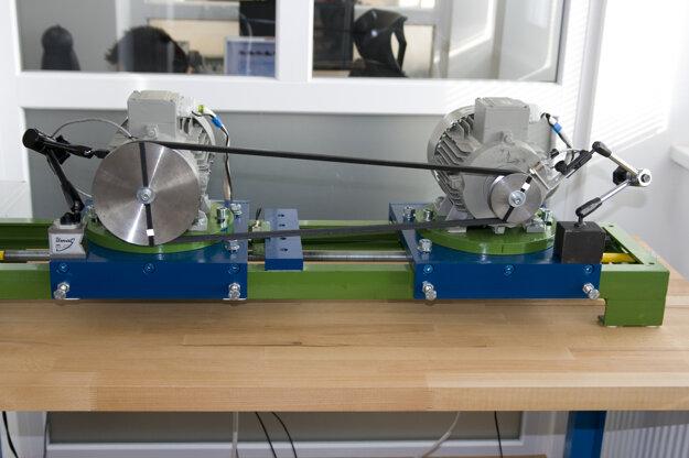 Zariadenie na skúšanie a monitorovanie remeňových prevodov