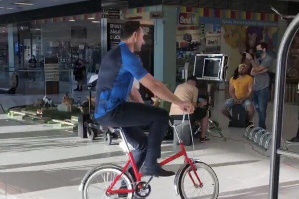Po nitrianskom nákupnom centre sa bicykloval známy športový moderátor.