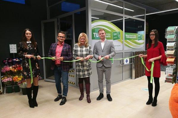 Predajňu otvárali zľava: výkonný riaditeľ J. Fotul, riaditeľka maloobchodu B. Rozumová a konateľ R. Labaš