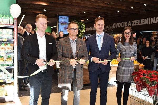 Predajňu otvárali: zľava  konateľ R. LABAŠ, VÝKONNY RIADITEĽ J.FOTUL, M.LABAŠ ml.