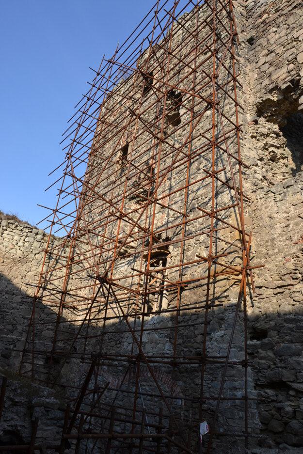 Projekt Okná do duše hradu realizuje OZ Spolok šarišských šermiarov SARUS
