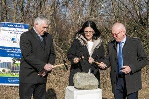 Poklepanie základného kameňa viacúčelovej športovej haly na EU v Bratislave