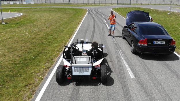 Po simuláciach správania vozidla vo virtuálnom prostredí sa testovalo aj v reálnych podmienkach